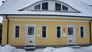 das-ferienhaus-in-zingst-mit-schnee-bedeckt
