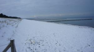 strandspaziergang-im-schnee-in-zingst